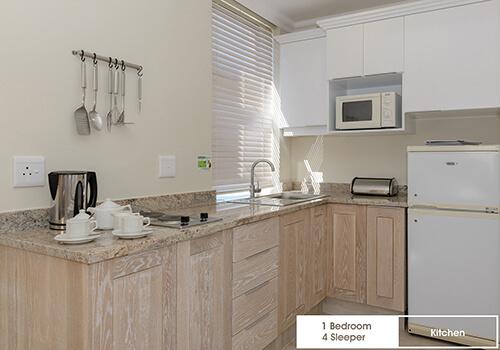 16_Margate_Beach_Club_1_bedroom_4_sleeper_unit_y12_kitchen